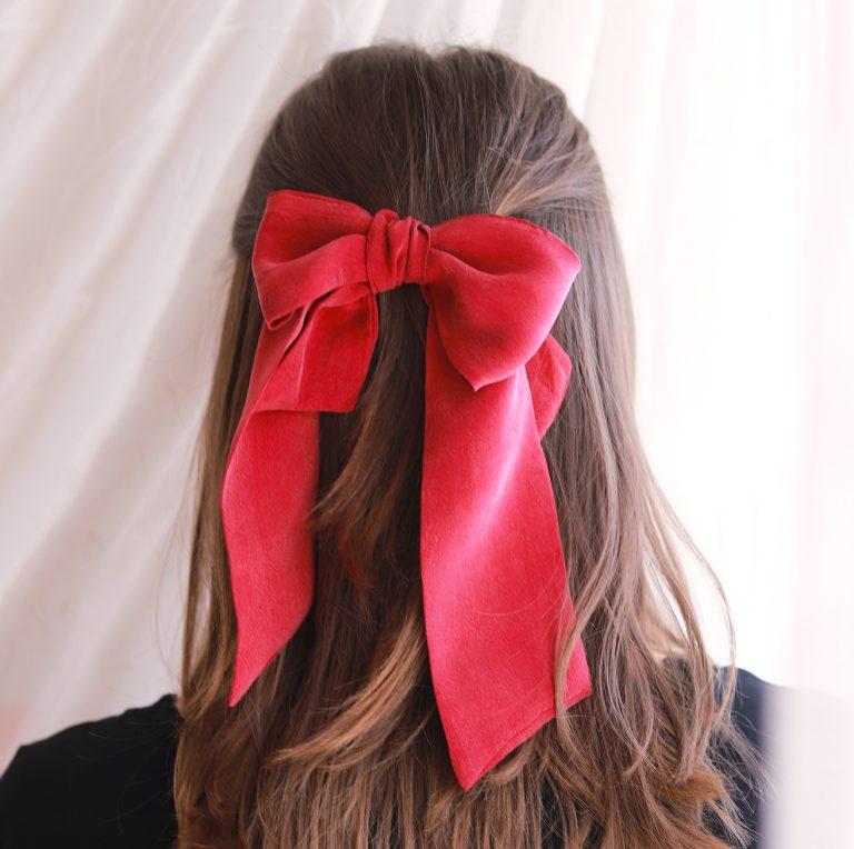 rote Haarschleife